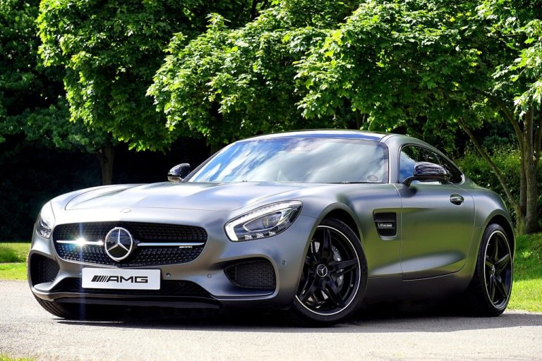 Niektóre wypożyczalnie oferują również luksusowe i sportowe samochody